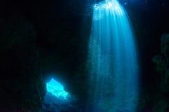 Подныривание пещеры стоковые изображения rf