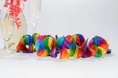 2 полных стекла и бутылки шампанского с красочными гирляндами Стоковые Изображения