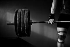 Поднятие тяжестей человека практикуя Стоковые Изображения