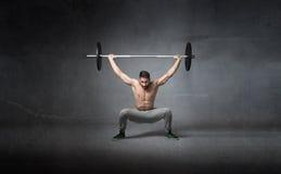 Поднятие тяжестей для спортсмена стоковые фото