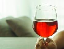 Поднятое стекло красного вина Стоковые Изображения