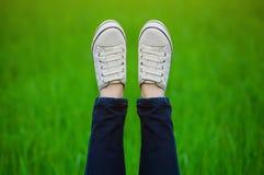 Поднятые вверх ноги в moccasins Стоковые Изображения RF