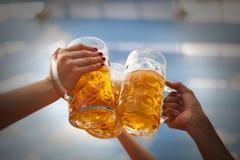 Поднятый провозглашать кружки пива Стоковое Изображение RF