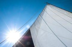 Поднятый mainsail с ярким светом стоковое изображение