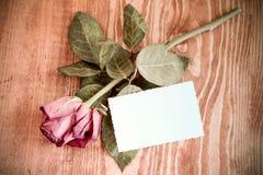 Подняла и пустая карточка на деревянном столе Стоковые Фото