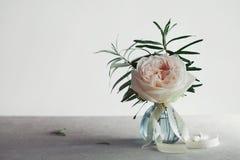 Поднял в вазу против светлой предпосылки, красивого цветка, винтажной карточки Скопируйте космос для текста Стоковые Фотографии RF
