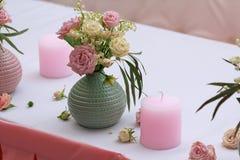 Поднял в вазы на таблице свадьбы Стоковые Изображения