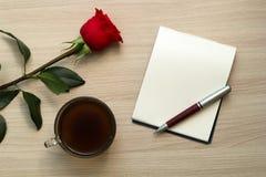 Подняли, чашка кофе, ручка и белый чистый лист Стоковые Фотографии RF