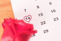 поднял на календарь с датой da валентинки 14-ое февраля Стоковые Изображения