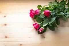 Поднял на древесину для надувательства на валентинке Стоковая Фотография