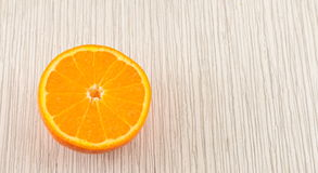 Половина апельсина на деревянном столе Стоковое Изображение RF