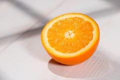 Половина апельсина на таблице Стоковые Изображения RF