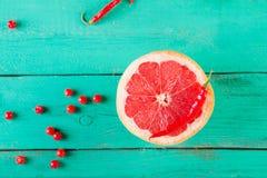 Половина грейпфрута на деревянной предпосылке бирюзы Copyspace Стоковые Фотографии RF