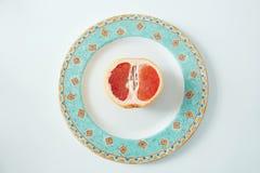 Половина грейпфрута на плите От выше Здоровая еда фитнеса Стоковое Изображение RF