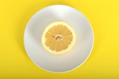 Половина грейпфрута на плите Стоковое Изображение