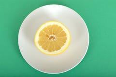 Половина грейпфрута на плите Стоковая Фотография