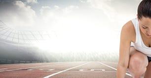 Половина женского бегуна на следе против пирофакелов Стоковое Изображение RF