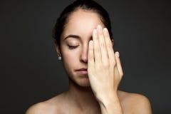 Половина заволакивания молодой женщины ее стороны с рукой Стоковая Фотография RF
