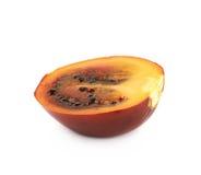 Половина зрелого изолированного плодоовощ tamarillo Стоковое Изображение