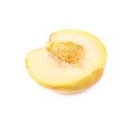 Половина изолированного плодоовощ персика Стоковые Изображения RF