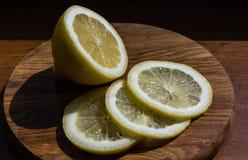 Половина лимона и кусков на разделочной доске Стоковые Изображения RF