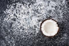 Половина кокоса и shavings на черной предпосылке Стоковая Фотография RF