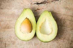Половина плодоовощ авокадоа на деревянной предпосылке Стоковая Фотография