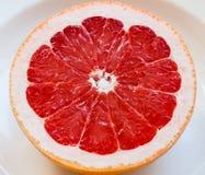Половина розового грейпфрута на плите Стоковые Фотографии RF