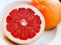 Половина розового грейпфрута на плите Стоковые Фото