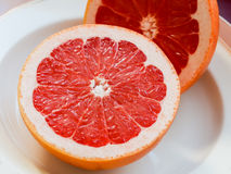 Половина розового грейпфрута на плите Стоковое Изображение