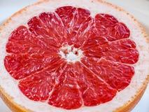 Половина розового грейпфрута на плите Стоковые Изображения