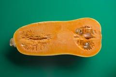 Половина сквоша butternut, зеленой предпосылки Стоковая Фотография