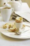 Половина съеденного трудного вареного яйца с чаем Стоковые Фото