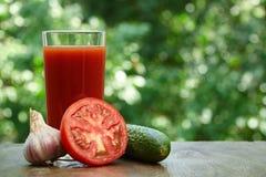Половина томата, сока и огурца Стоковое Изображение