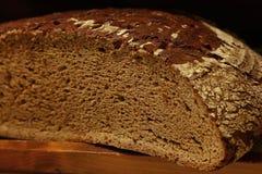 Половина черного хлебца хлеба ремесленника рож Стоковая Фотография