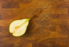 половинная зрелая груша Стоковая Фотография