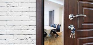 Половинная открыть дверь, гостеприимсво к офису Стоковая Фотография RF