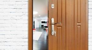 Половинная открыть дверь современного крупного плана живущей комнаты Стоковое Изображение