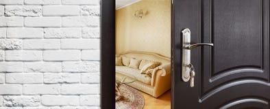 Половинная открыть дверь современного крупного плана живущей комнаты Стоковая Фотография