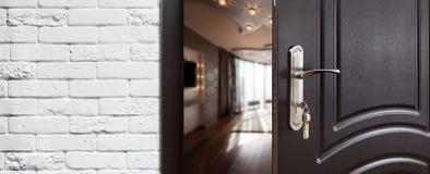 Половинная открыть дверь современного крупного плана живущей комнаты Стоковое фото RF