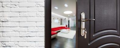 Половинная открыть дверь современного крупного плана живущей комнаты Стоковые Изображения RF