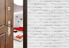 Половинная открыть дверь современного крупного плана живущей комнаты Стоковое Изображение RF
