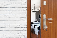 Половинная открыть дверь современного крупного плана кухни Стоковые Фотографии RF