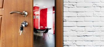 Половинная открыть дверь современного крупного плана кухни Стоковое Изображение