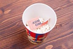 Половинная чашка попкорна, используемого билета на взгляде столешницы Стоковые Фотографии RF