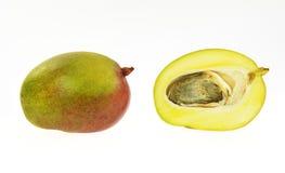 половинное отрезанное зрелое мангоа Стоковые Фотографии RF