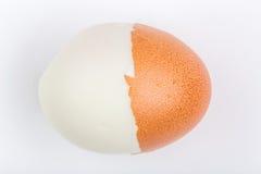 Половинное шелушение трудного изолята вареного яйца раковины на белом backgroun Стоковые Фотографии RF