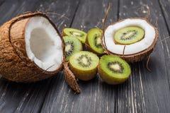 Половинные киви и кокос Стоковые Фото