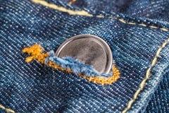 Половинные кнопки на голубых джинсах Стоковое фото RF