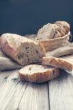 Половинные хлеб и куски его в корзине Стоковые Фотографии RF